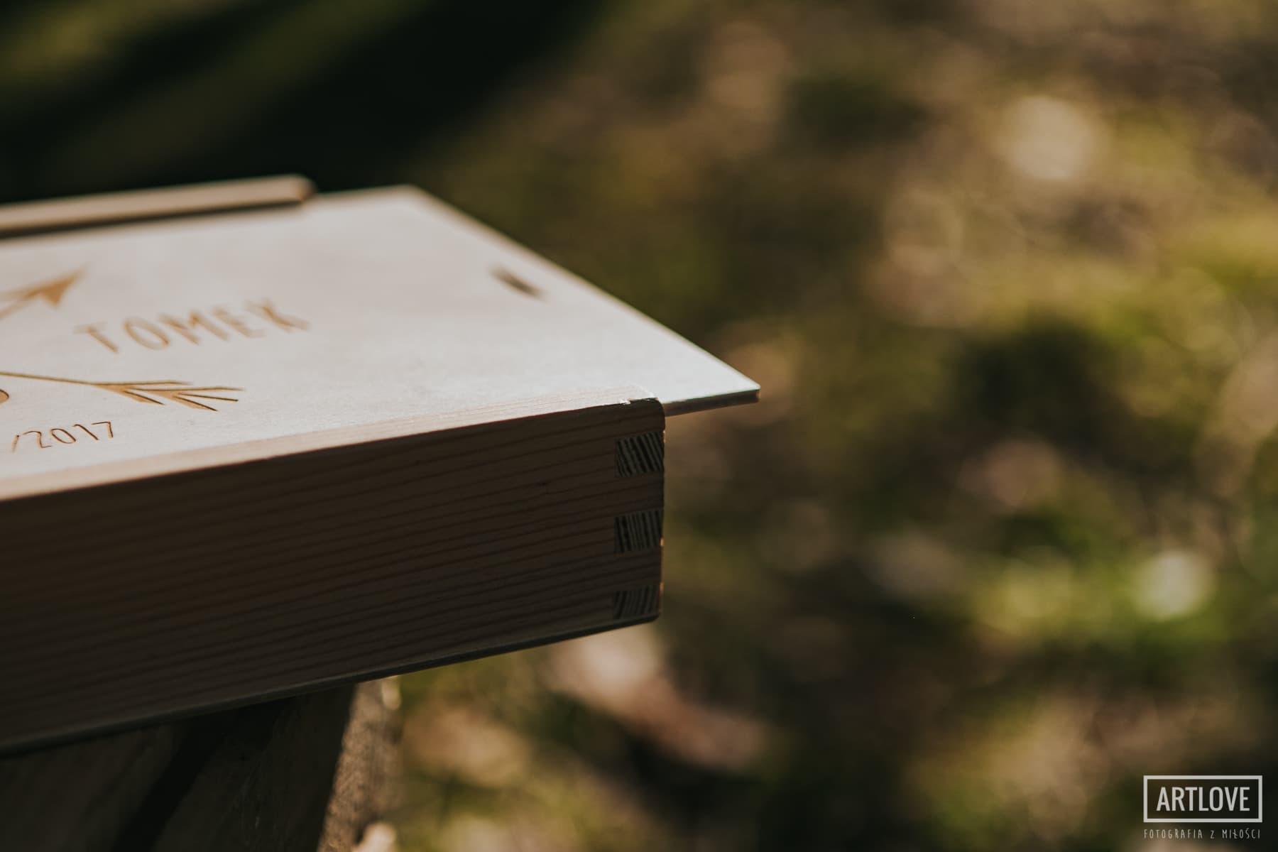 Drewniane pudełko na fotografie ślubne