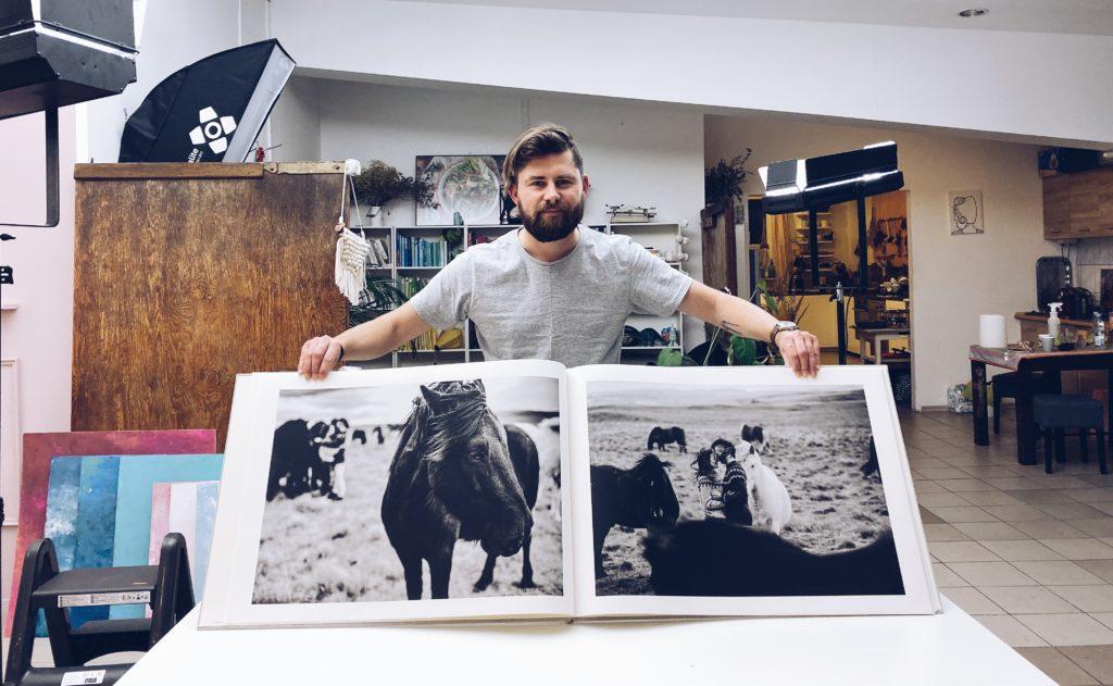 Ja i ogromna fotoksiążka z Islandii